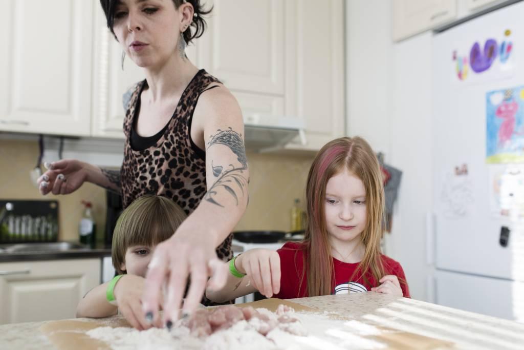 Vaasan: Lapsiperheen ruokapöydässä. Hämeenlinnassa Silavuorten perheessä. Kuvassa Niilo (vas.), Nina ja Oona lvalmistamassa lounasta.