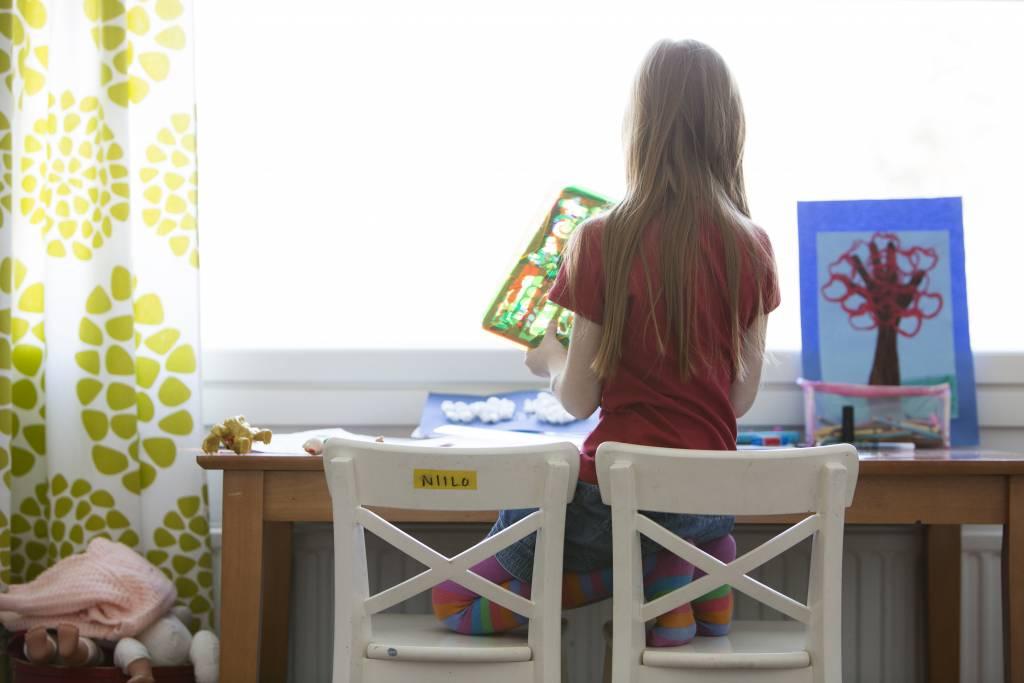 Vaasan: Lapsiperheen ruokapöydässä. Hämeenlinnassa Silavuorten perheessä. Kuvassa Oona huoneessaan.