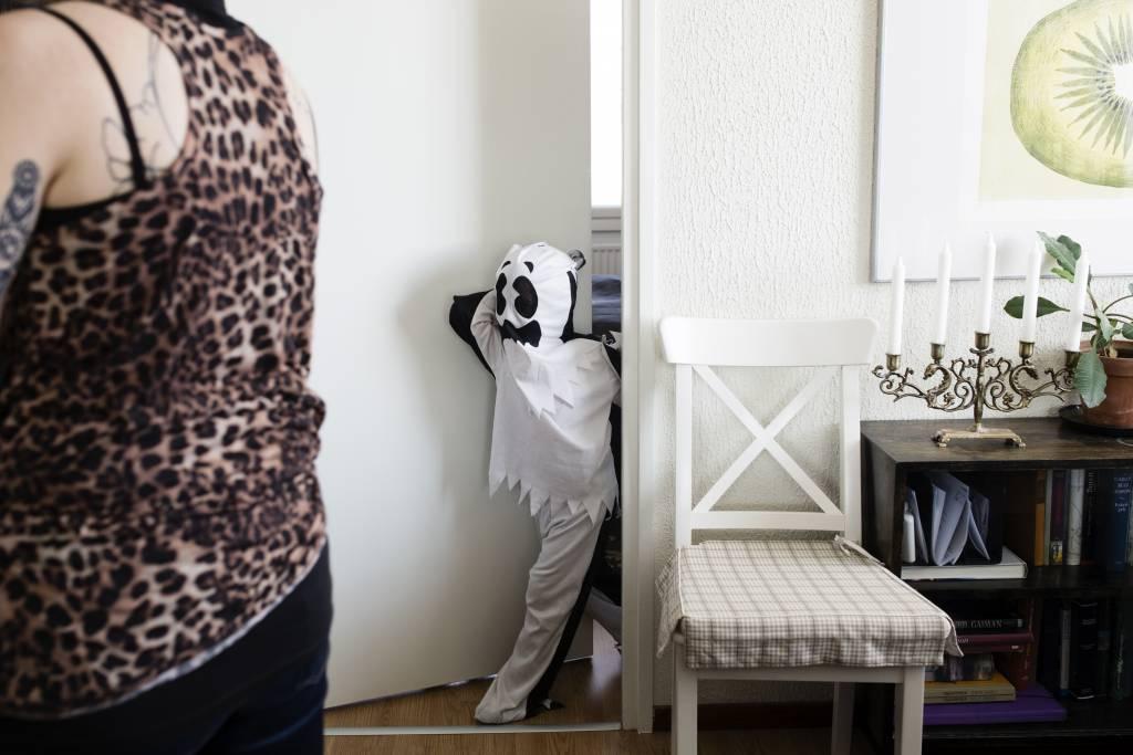 Vaasan: Lapsiperheen ruokapöydässä. Hämeenlinnassa Silavuorten perheessä. Kuvassa Niilo leikkimässä.