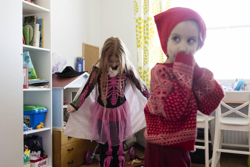 Vaasan: Lapsiperheen ruokapöydässä. Hämeenlinnassa Silavuorten perheessä. Kuvassa Oona ja Niilo leikkimässä huoneessaan.