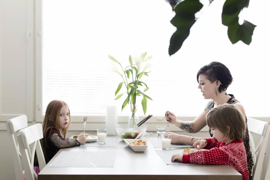 Vaasan: Lapsiperheen ruokapöydässä. Hämeenlinnassa Silavuorten perheessä. Kuvassa Oona, Nina ja Niilo luonastamassa.