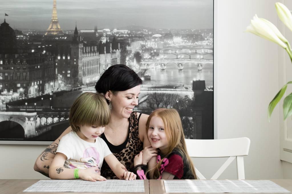Vaasan: Lapsiperheen ruokapöydässä. Hämeenlinnassa Silavuorten perheessä. Kuvassa Niilo, Nina ja Oona luonastamassa.