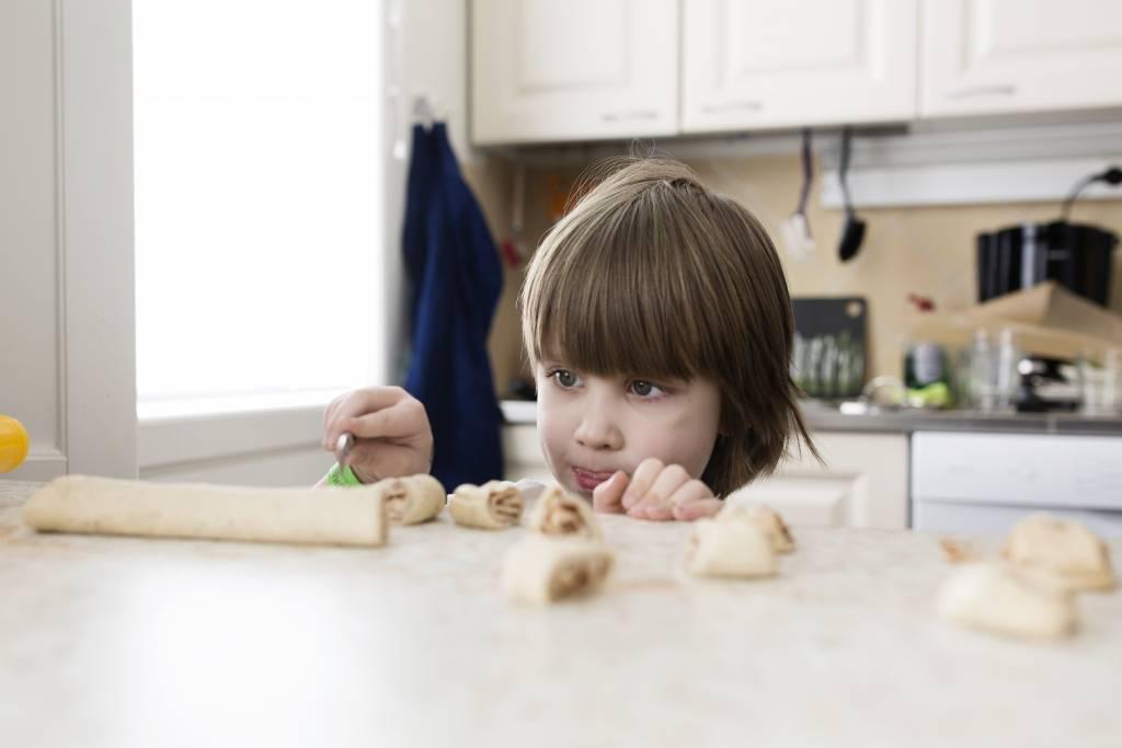 Vaasan: Lapsiperheen ruokapöydässä. Hämeenlinnassa Silavuorten perheessä. Kuvassa Niilo pilkkoo pullataikinaa.