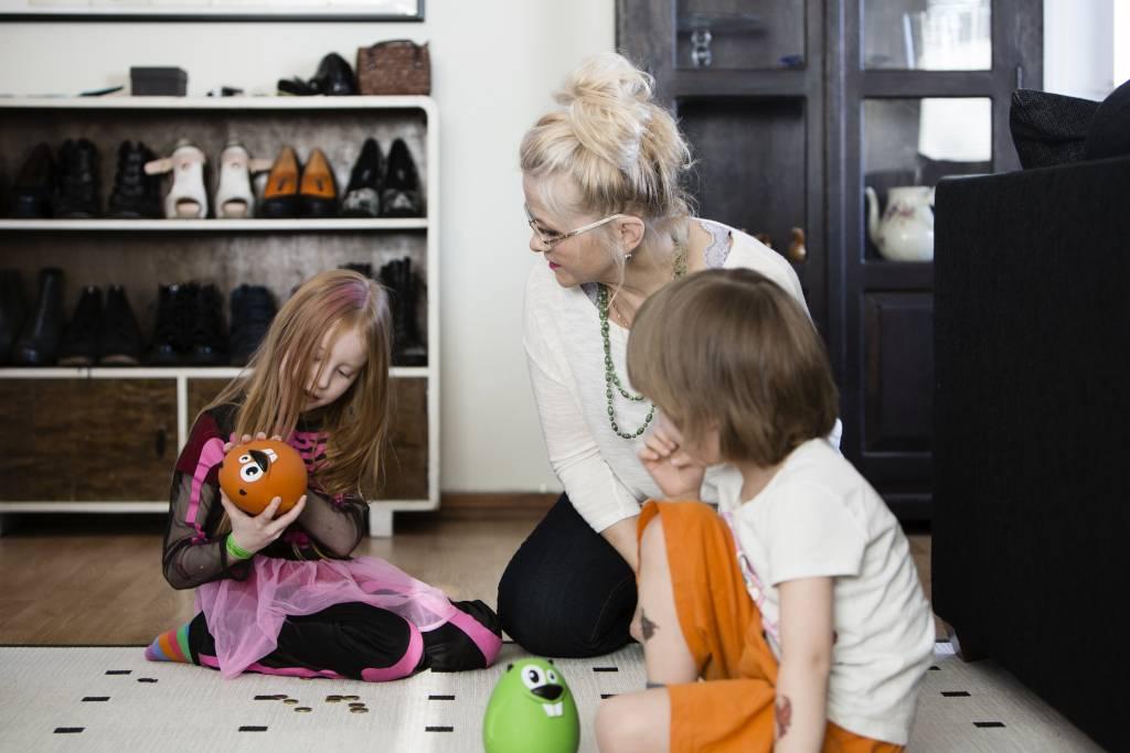 Vaasan: Lapsiperheen ruokapöydässä. Hämeenlinnassa Silavuorten perheessä. Kuvassa Oona, mummi Pirkko Uotila ja Niilo laittavat rahaa säästöön säästömajaviin.