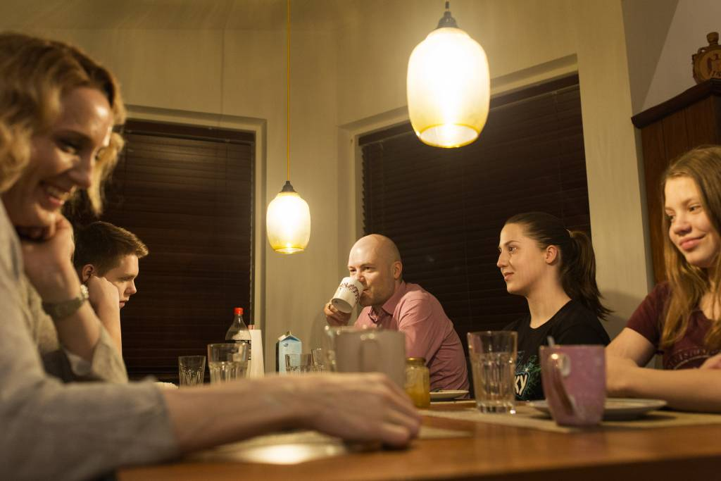 Vaasan: Yhteisen iltahetken puolesta, Helsingissä Caloniuksen perheessä. Kuvassa iltapalaa syömässä Taru (vas.), Emil, Kim, Mona ja Maria.