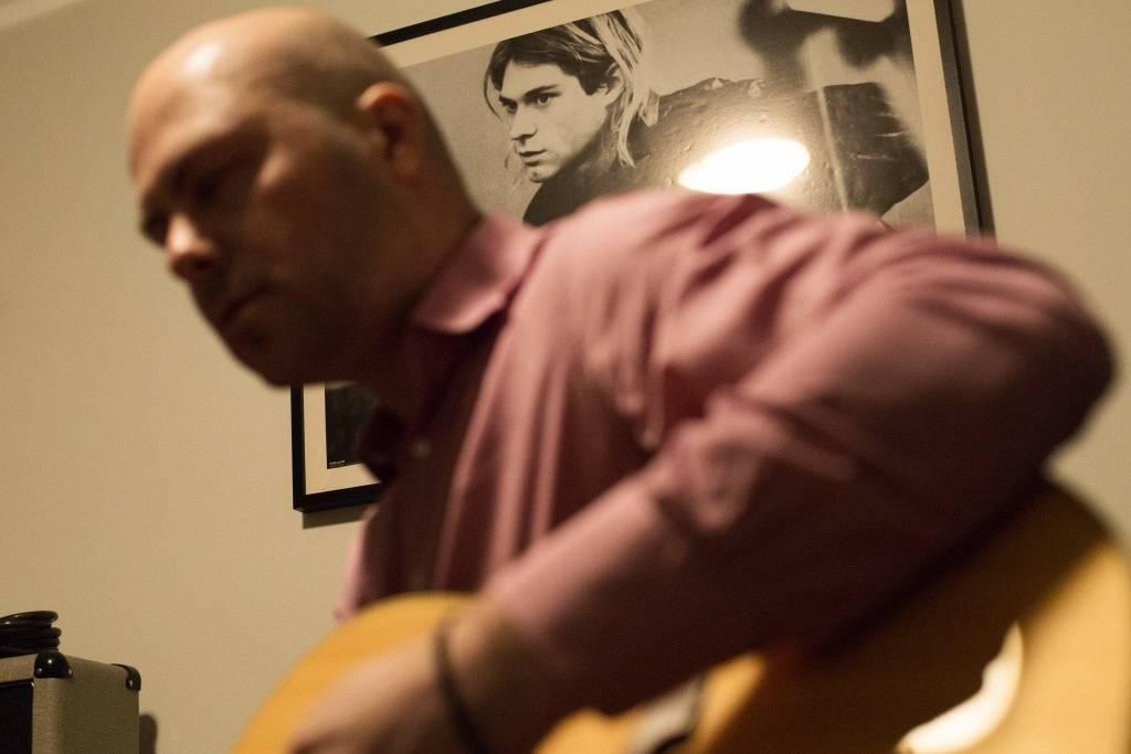 Vaasan: Yhteisen iltahetken puolesta, Helsingissä Caloniuksen perheessä. Kuvassa perheenisä Kim treenailee bändihuoneessaan kitaraa Kurt Cobainin julisteen alla.