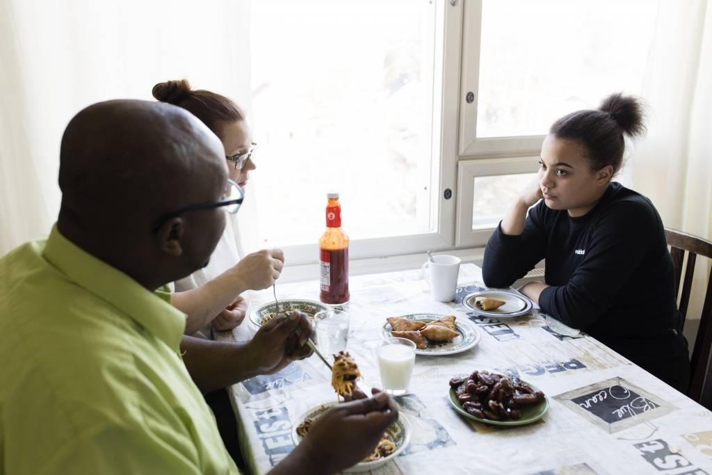 Vaasan: Lapsiperheen ruokapöydässä. Helsingin Itäkeskuksessa Satu Kivisen ja Mohamed Jaman perheessä. Kuvassa ruokailemassa Mohamed (vas), Satu ja Maria.