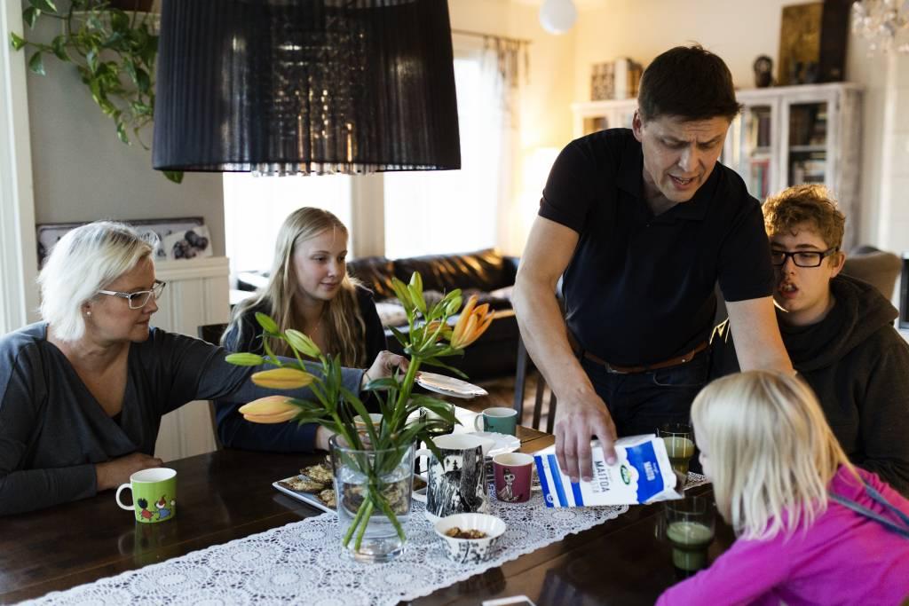 Vaasan: Yhteisen iltahetken puolesta, Vantaalla Siltalan perheessä. Kuvassa Hanna (vas.), Enni, Juha, Miikka ja Ester Siltala iltapalalla.