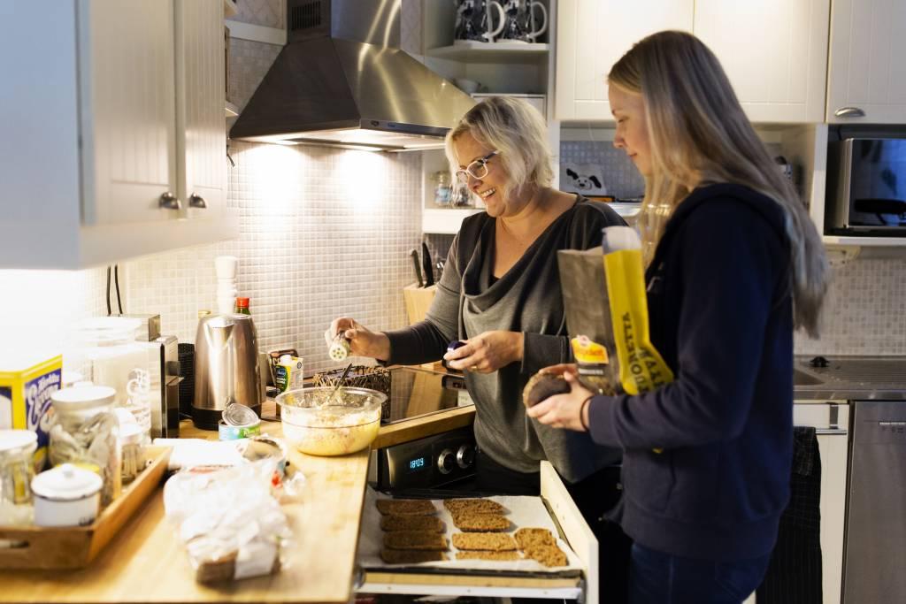 Vaasan: Yhteisen iltahetken puolesta, Vantaalla Siltalan perheessä. Kuvassa Hanna (vas.) ja Enni tekemässä iltapalaa.