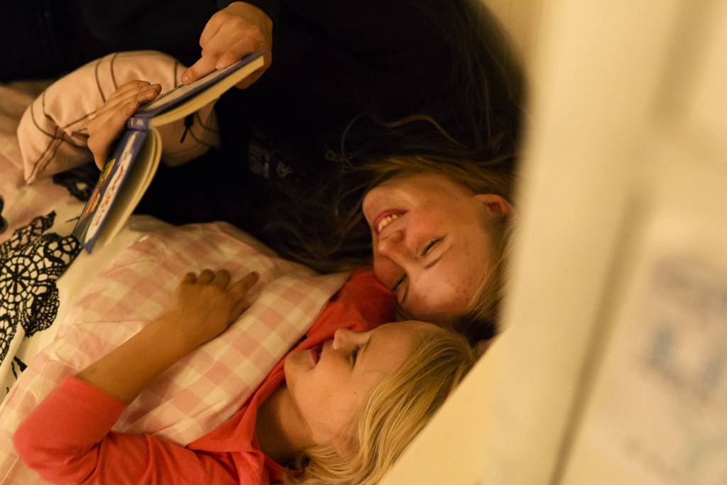 Vaasan: Yhteisen iltahetken puolesta, Vantaalla Siltalan perheessä. Kuvassa Enni (ylempänä) lukemassa Esteri Siltalalle iltasatua.