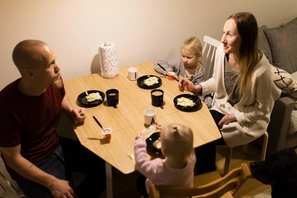 Vaasan: Yhteisen iltahetken puolesta, Helsingissä Leinosten perheessä. Kuvassa Arttu, Jade, Aava ja Kia Leinonen iltapalalla.